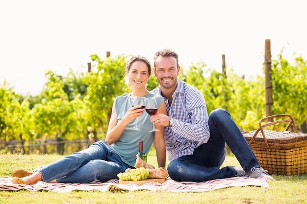 Portrait, couple, grillage, lunettes vin, à, pelouse Photo Premium