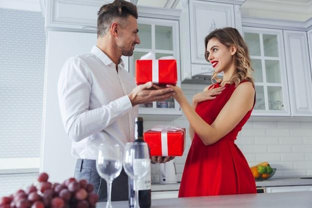 Portrait D'un Couple Habillé Assez Intelligent Aimant Photo gratuit