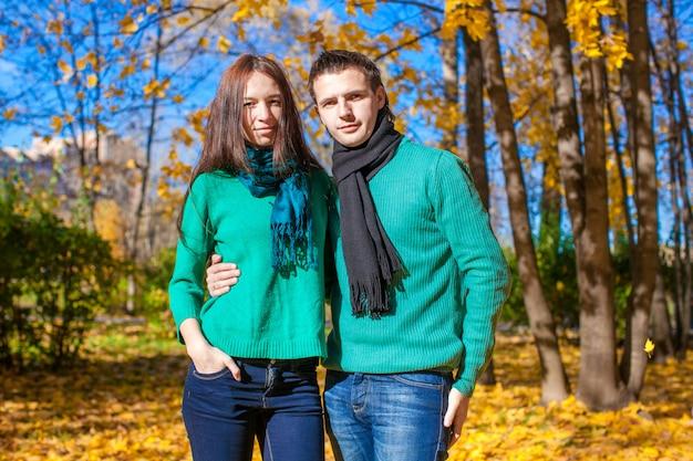 Portrait de couple heureux en automne parc sur une journée d'automne ensoleillée Photo Premium