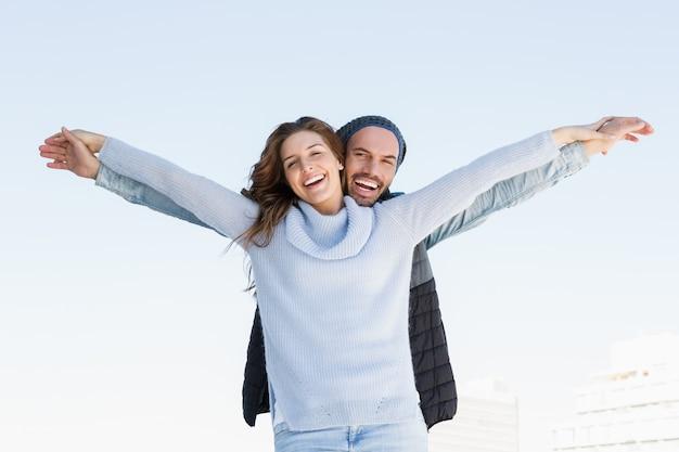 Portrait, de, couple heureux, debout, à, bras étendus Photo Premium