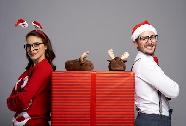 Portrait De Couple Heureux Avec Gros Cadeau De Noël Photo gratuit