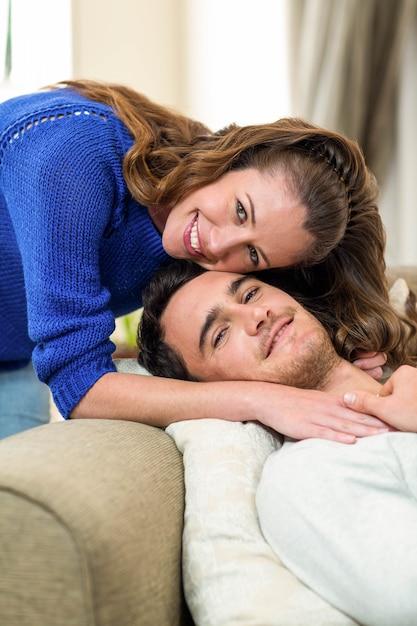 Portrait de couple heureux souriant dans le salon Photo Premium