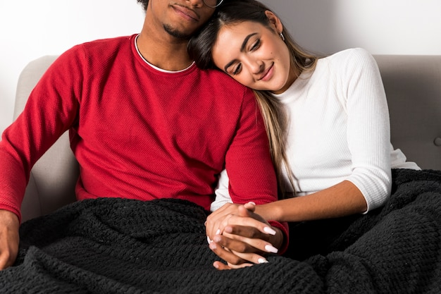Portrait de couple interracial à la maison Photo gratuit