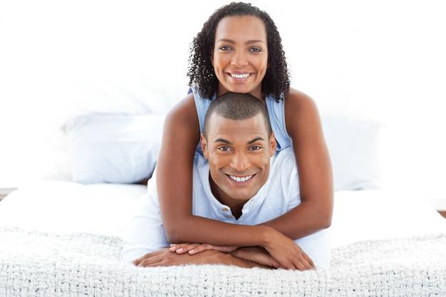 Portrait d'un couple intime câlin allongé sur un lit Photo Premium