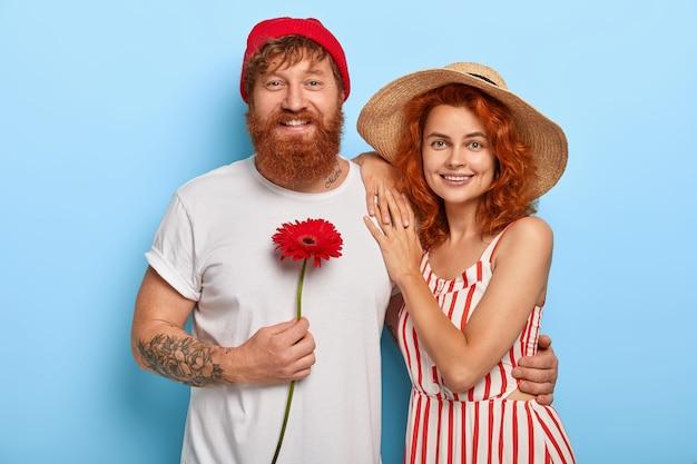Portrait De Couple De Jeunes Mariés Prêt Pour La Lune De Miel Photo gratuit