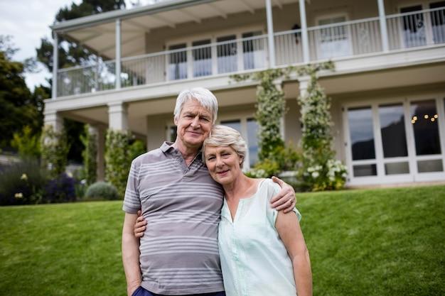 Portrait De Couple De Personnes âgées S'embrassant Photo Premium