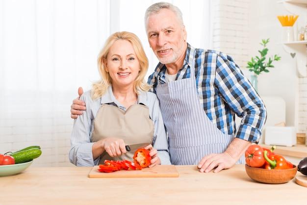 Portrait, Couples Aînés, Regarder Appareil-photo, Préparer, Les, Légume Photo gratuit