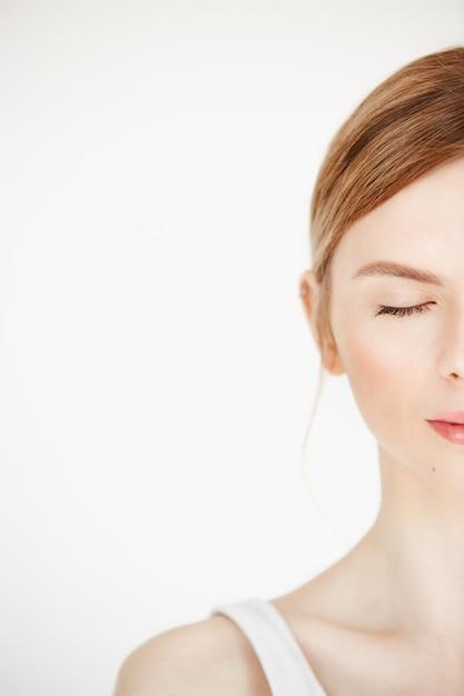Portrait De Demi-visage De Jeune Belle Fille Avec Une Peau Douce Et Propre. Yeux Fermés. Mode De Vie Beauté Et Santé. Photo gratuit