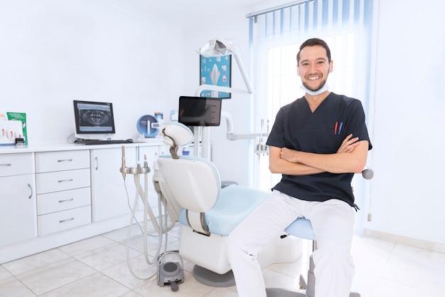 Portrait D'un Dentiste Confiant Heureux En Clinique Photo Premium