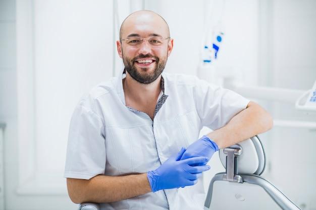 Portrait d'un dentiste mâle heureux Photo gratuit