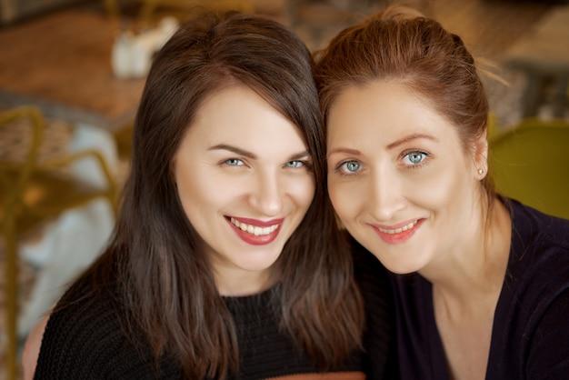Portrait de deux amis, femme heureuse sourire sur le visage Photo Premium