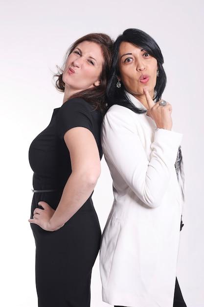 Portrait de deux femmes d'affaires attrayantes debout dos à dos Photo Premium