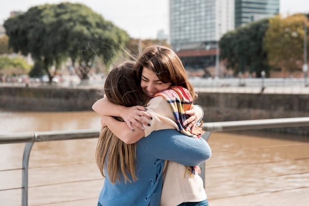 Portrait de deux filles en milieu urbain s'amuser Photo gratuit