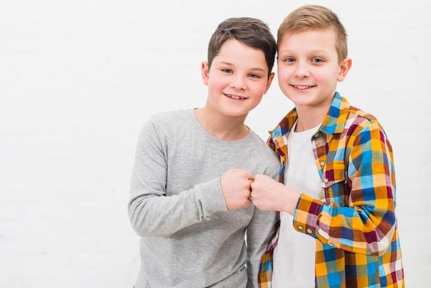 Portrait de deux garçons à la maison Photo gratuit