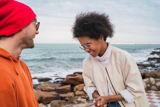 Portrait De Deux Jeunes Amis Passant Du Bon Temps Ensemble Et S'amusant Avec La Mer Dans L'espace. Photo gratuit