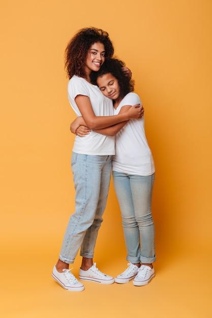 Portrait De Deux Sœurs Africaines Heureux Photo gratuit
