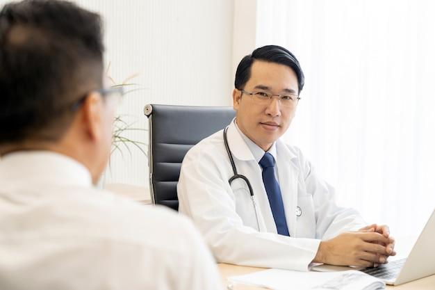 Portrait de docteur en cabinet médical Photo Premium
