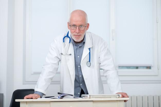 Portrait de docteur en médecine avec stéthoscope Photo Premium