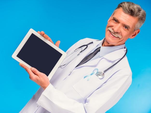 Portrait de docteur avec ruban bleu tenant la tablette. Photo Premium