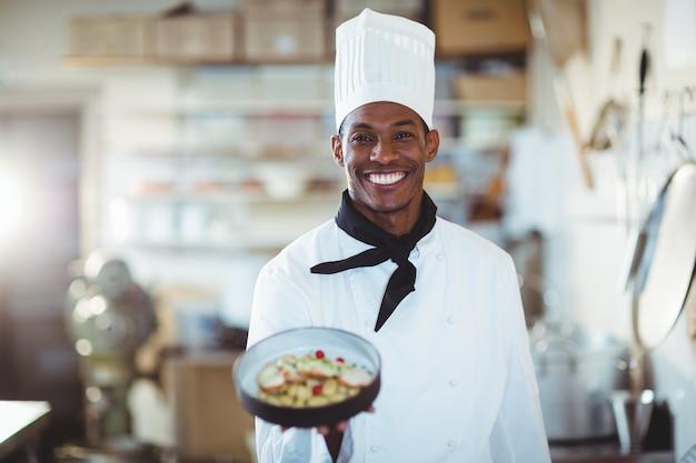 Portrait Du Chef Cuisinier Présentant La Salade Photo Premium