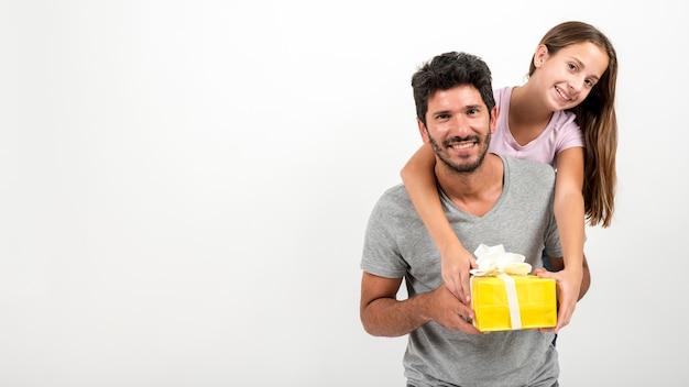 Portrait du père et de la fille à la fête des pères Photo gratuit