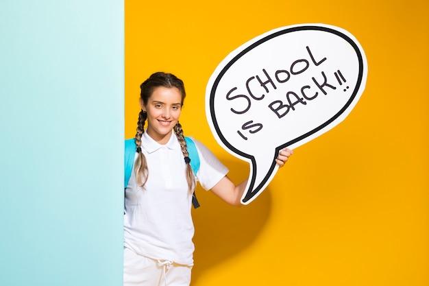 Portrait d'une écolière avec bulle de dialogue Photo gratuit