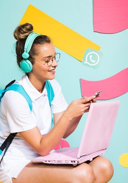 Portrait d'écolière étudiant avec ordinateur portable Photo gratuit
