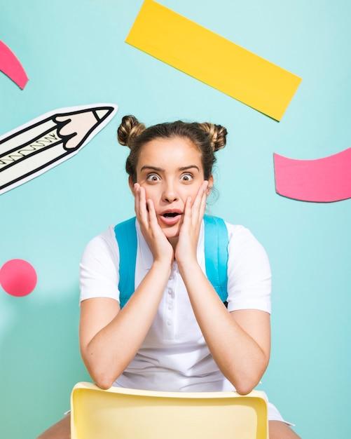 Portrait d'écolière sur un fond de memphis Photo gratuit