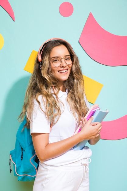 Portrait d'écolière sur fond de style memphis Photo gratuit