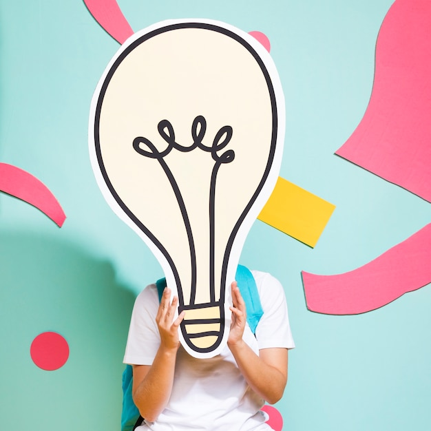 Portrait d'écolière avec grosse ampoule Photo gratuit