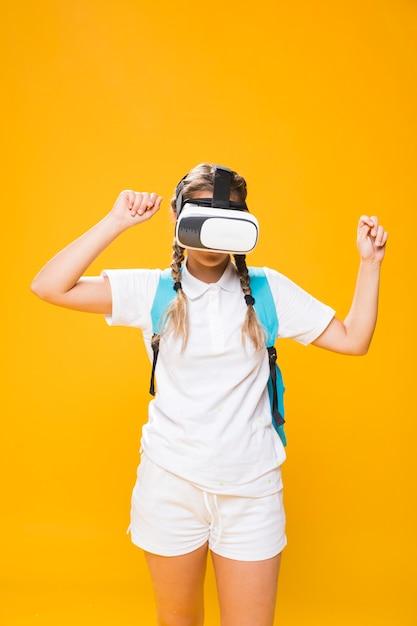 Portrait d'écolière avec des lunettes vr Photo gratuit