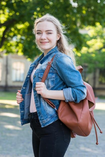 Portrait d'écolière avec sac Photo gratuit
