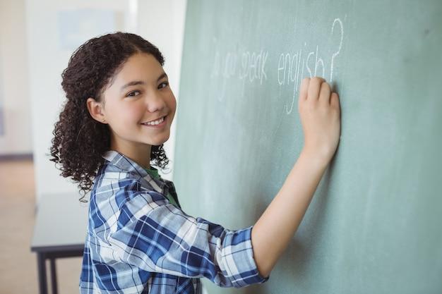 Portrait D'écolière Se Faisant Passer Pour Un Enseignant En Classe Photo Premium