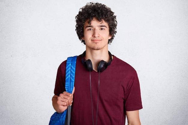 Portrait De L'élève De Sexe Masculin Hipster Ravi Avec Des Cheveux Croquants Photo gratuit
