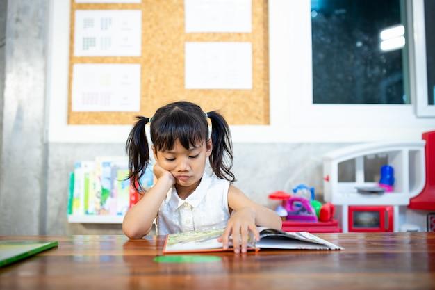 Portrait d'élèves regardant une leçon de lecture de page Photo Premium