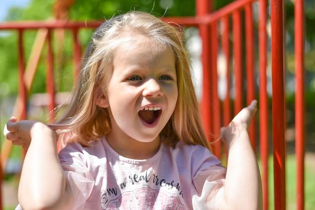 Portrait d'un enfant qui rit dans la cour de récréation Photo Premium