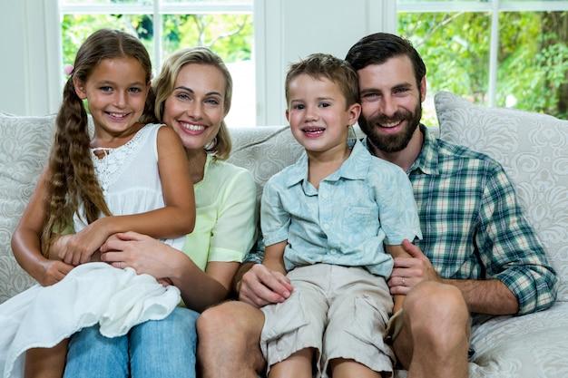 Portrait D'enfants Heureux Avec Les Parents Sur Le Canapé Photo Premium