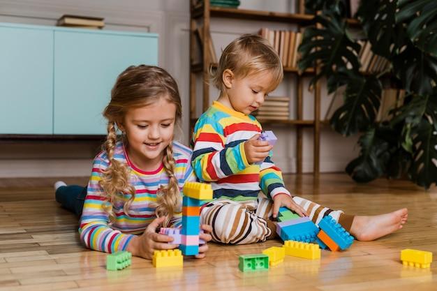Portrait D'enfants Jouant Ensemble Photo gratuit