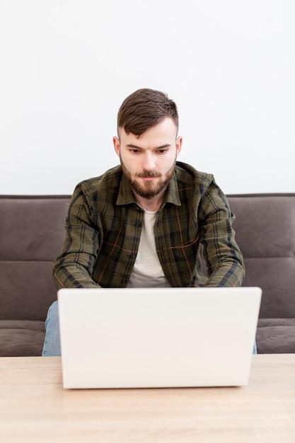 Portrait D'un Entrepreneur Adulte Travaillant à Domicile Photo gratuit