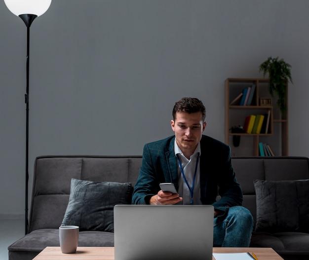Portrait D'un Entrepreneur Travaillant à Domicile Photo gratuit