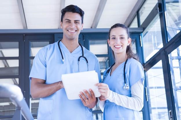 Portrait, de, équipe médicale, debout, à, bloc-notes, hôpital Photo Premium