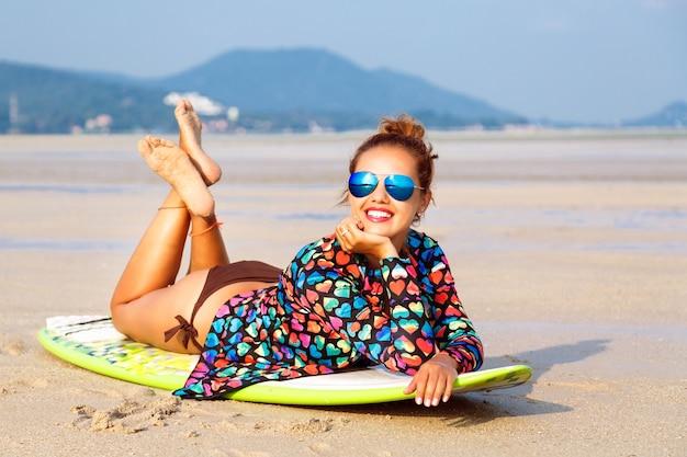 Portrait D'été De Mode De Vie En Plein Air D'une Superbe Femme Surfeuse Photo gratuit