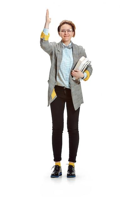 Portrait D'une étudiante Souriante Heureuse Tenant Des Livres Isolés Sur Un Espace Blanc Photo gratuit