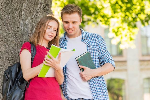 Portrait d'étudiants à côté d'un arbre Photo gratuit