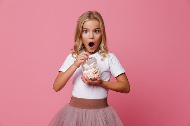 Portrait, Excité, Petite Fille, Tenue, Pot, Guimauve Photo gratuit