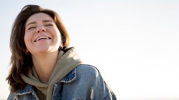 Portrait De Faible Vue De Smiley Girl Et Ciel Photo gratuit