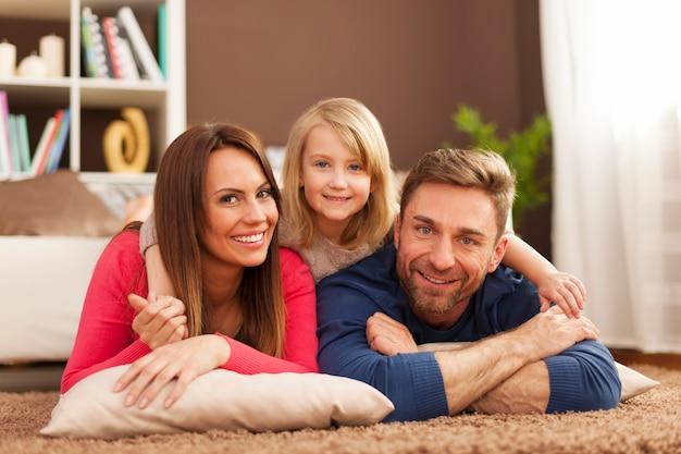Portrait De Famille Aimante Sur Tapis Photo gratuit