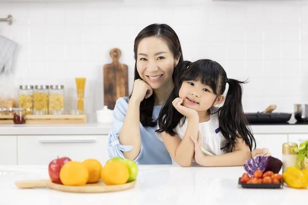 Portrait de famille asiatique dans la cuisine Photo Premium