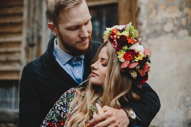 Portrait de famille, attend un couple. homme embrasse tendre femme enceinte Photo gratuit