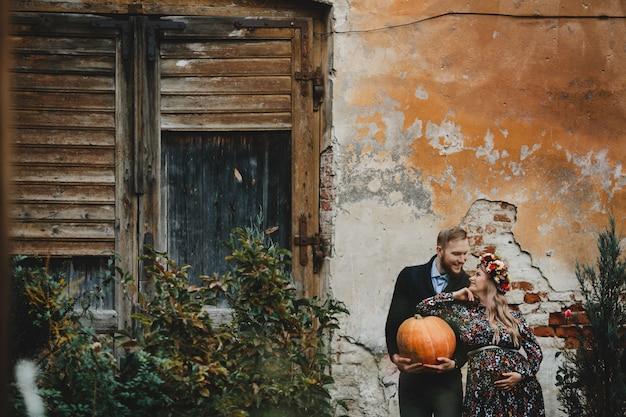 Portrait de famille, couple expirant. homme embrasse tendre enceinte enceinte Photo gratuit